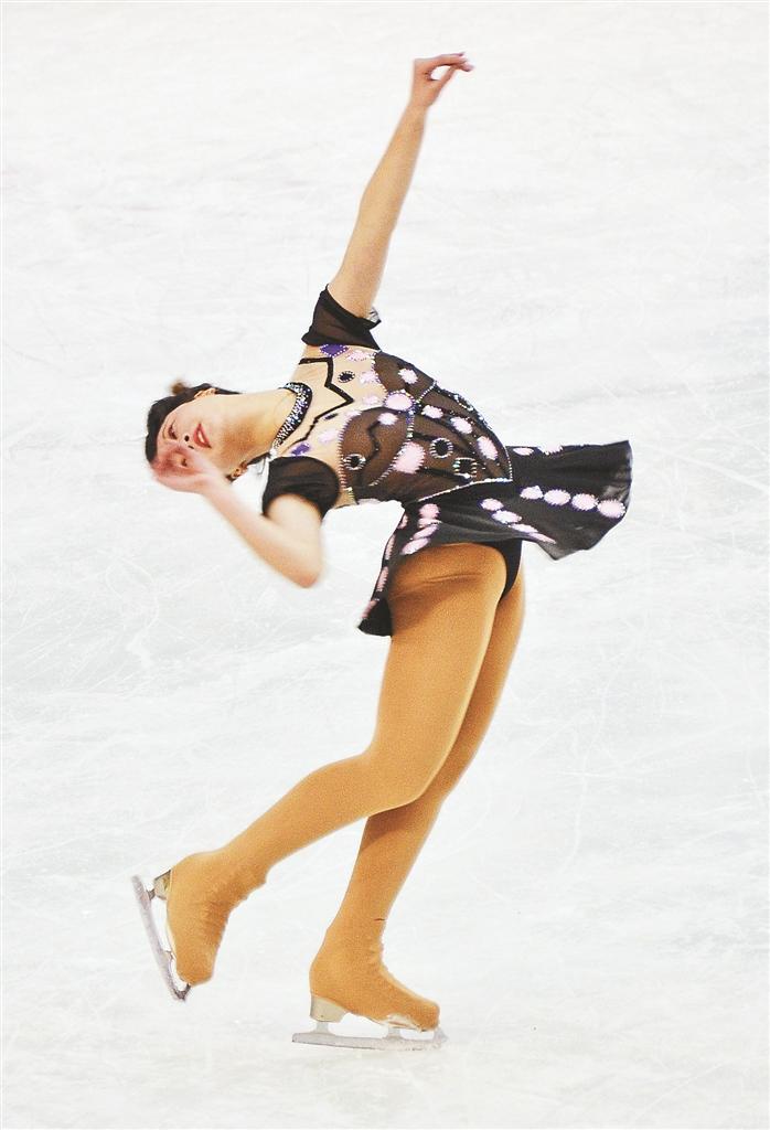 """哈尔滨市""""百万青少年上冰雪""""活动启动仪式现场花样滑冰展示。"""