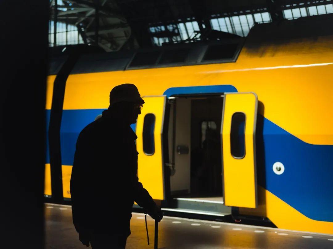 △ 荷兰火车的黄与蓝/unsplash