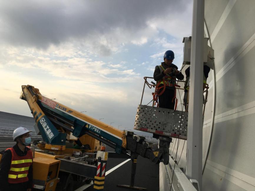 移动网络建设人员通过机械臂在桥柱上开展5G网络建设。