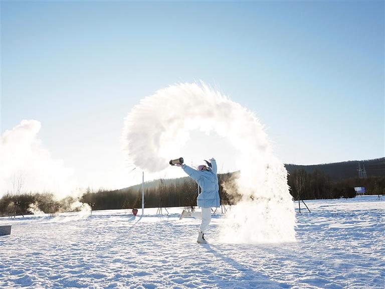 泼水成冰呈现了一种寒冷和运动相结合的美。邱贺岩摄