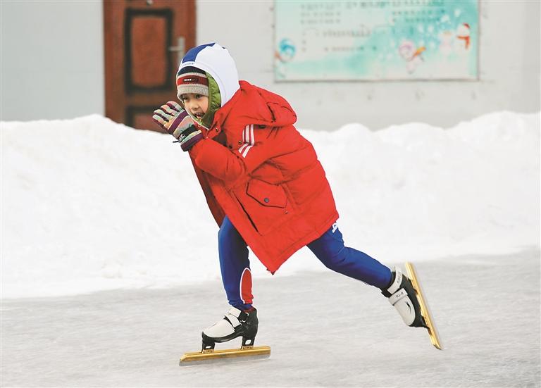 小学生在校园冰场尽情滑冰。