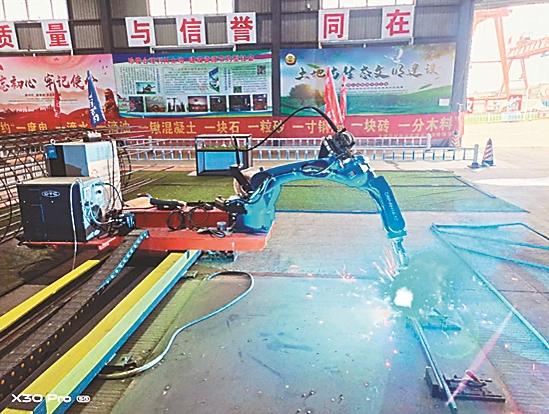 盖梁钢筋焊接机器人在工作。