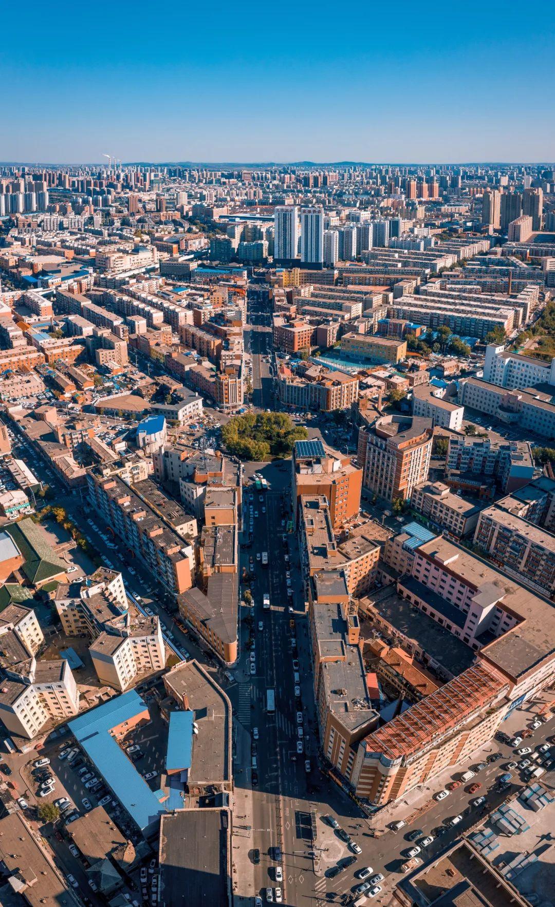 ▲ 长春,东北的城市大多建在平原之上,从高空可以望见地平线。 摄影/王禹
