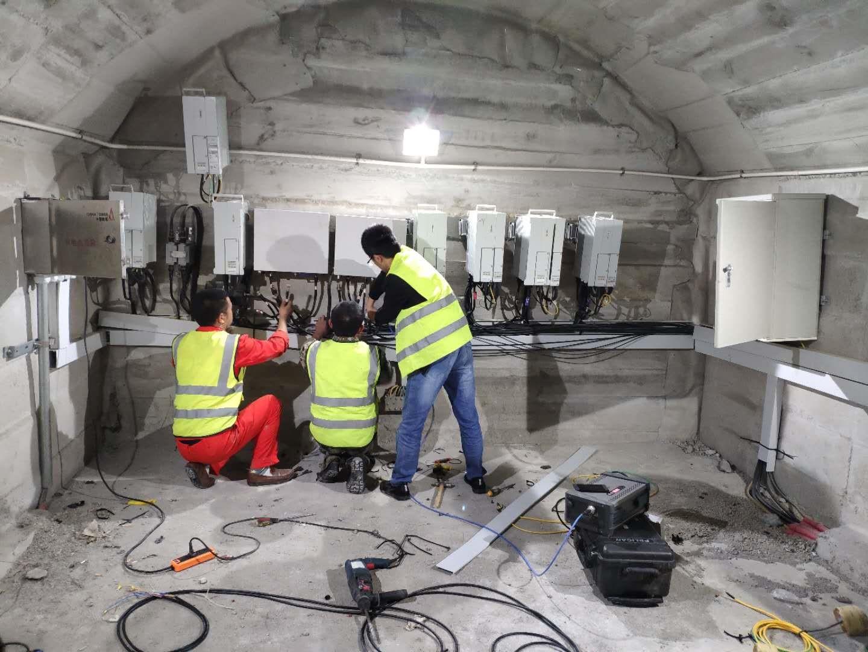 移动建设团队在成渝高铁隧道内开展网络建设