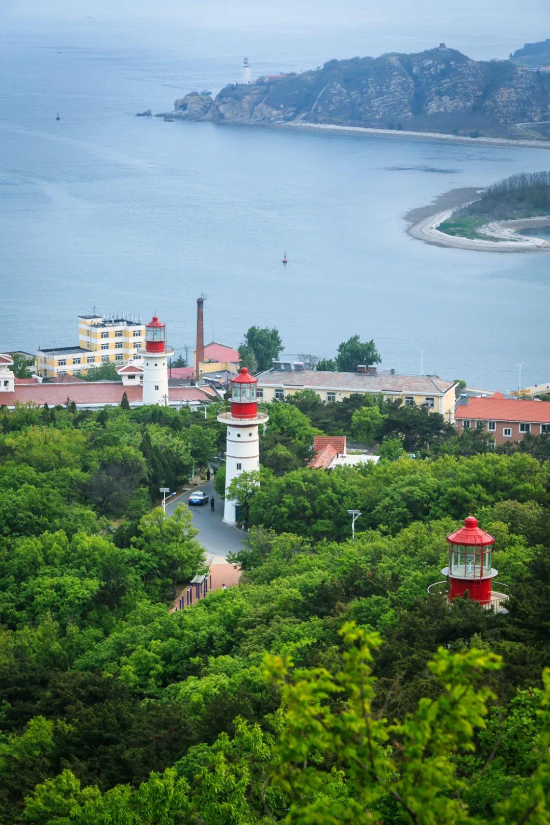 ▲ 大连海边的灯塔。摄影/李文博