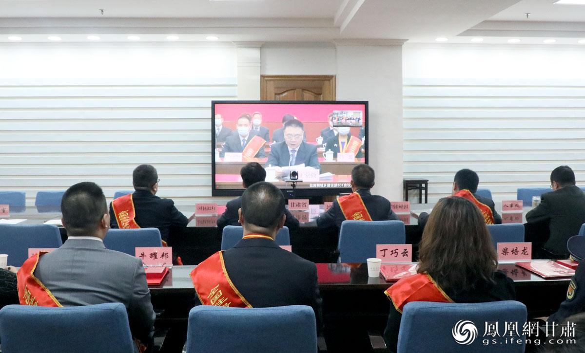 牛耀邦(左一)参加全国住房和城乡系统抗击新冠肺炎疫情表彰视频会议 宋承欢 摄