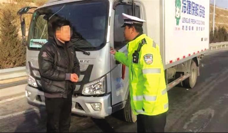 交警批评教育驾驶员