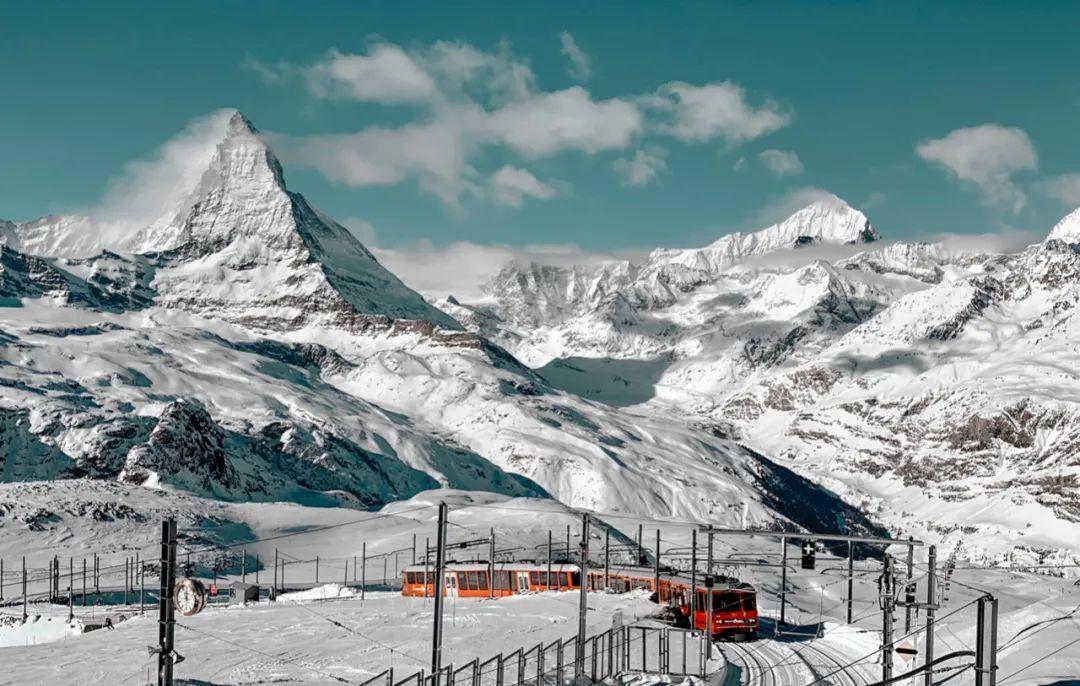 △ 火车经过瑞士的热门滑雪场地/unsplash