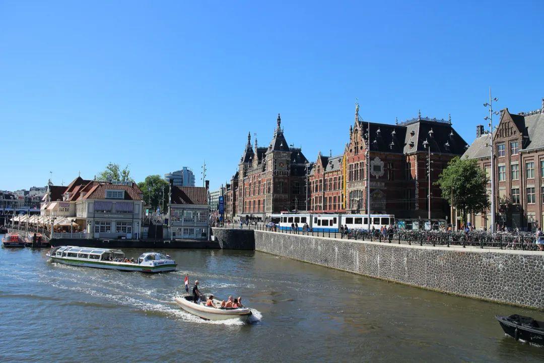 △ 阿姆斯特丹中央火车站和它前方的运河/wiki