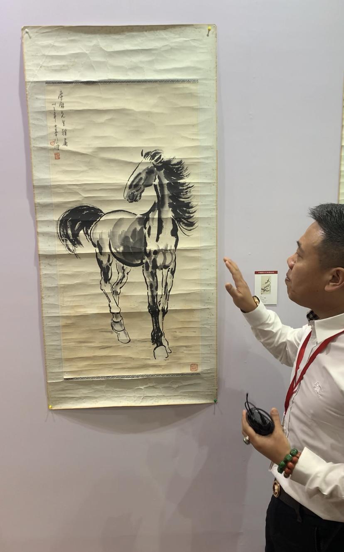 中溯国际拍卖(海南)有限公司董事长郭骥先生讲解徐悲鸿的《立马图》。