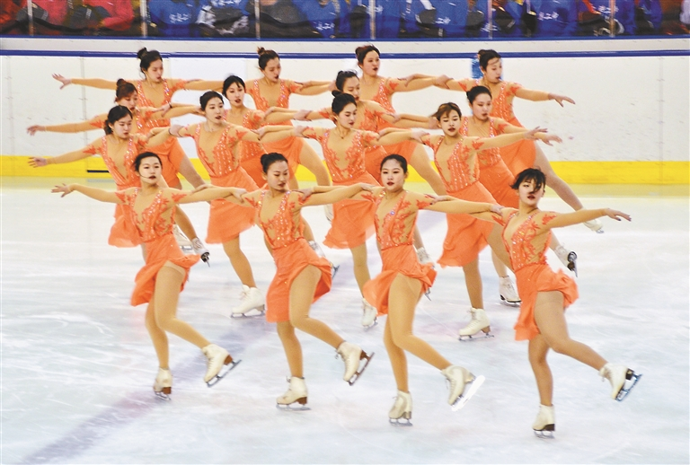 """哈尔滨市""""百万青少年上冰雪""""活动启动仪式现场冰上集体舞展示。"""