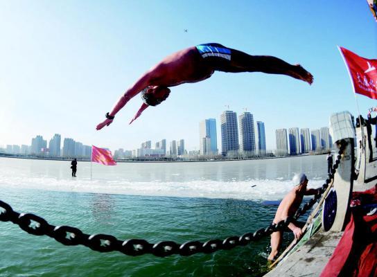冬泳者入水庆新年