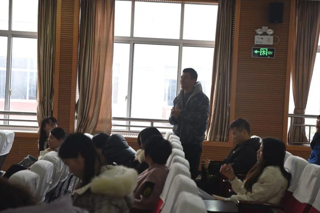 嘉兴爱尔眼科医院院长张民军,上海外国语大学秀洲外国语学校,学生近视眼现状,健康用眼习惯,预防近视,近视防控,ICL晶体植入术,近视激光手术,方式,眼科医生戴眼镜,近视手术不安全,准分子激光手术,飞秒激光手术