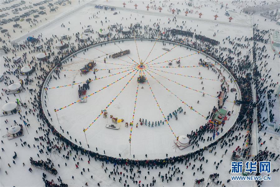 12月28日无人机拍摄的查干湖第十八届冰雪渔猎文化旅游节开幕式现场。新华社记者 张楠 摄