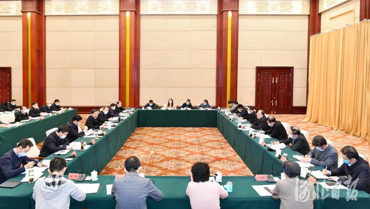 1月6日晚,国家、省、市疫情处置联合会商机制会议在石家庄召开。这是会议现场。河北日报记者赵威摄
