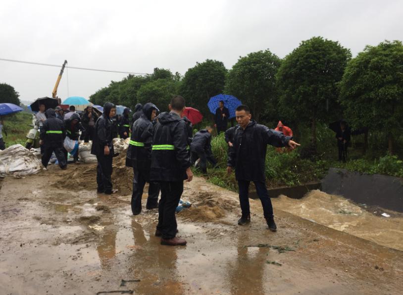 刘兵坚持在抗洪一线。