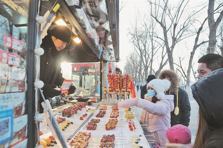 ←游客在购买冰糖葫芦。