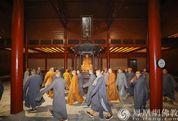 行香(图片来源:凤凰网佛教 摄影:普陀山佛教协会)