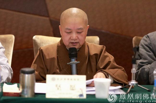 坚愿法师作了《理事会2020年度工作总结及2021年工作思路》报告(图片来源:凤凰网佛教 摄影:湖南省佛教协会)
