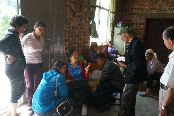 中国移动广西公司的工作人员主动到群众家中提供业务咨询及办理等服务 广西移动供图