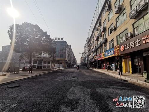 改造路面和人行道