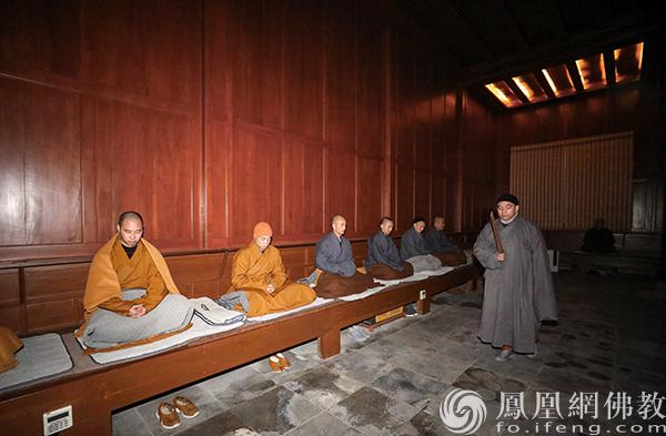 巡香(图片来源:凤凰网佛教 摄影:普陀山佛教协会)