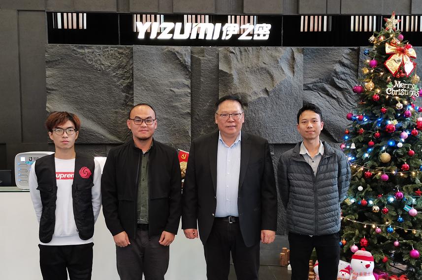 甄荣辉与访谈团队合影