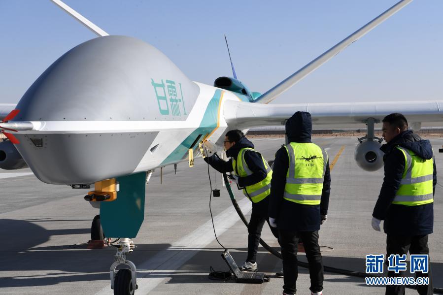 """1月6日,在金昌金川机场,技术人员对人工影响天气无人机""""甘霖-I""""首飞进行最后检查。新华社记者 范培珅 摄"""