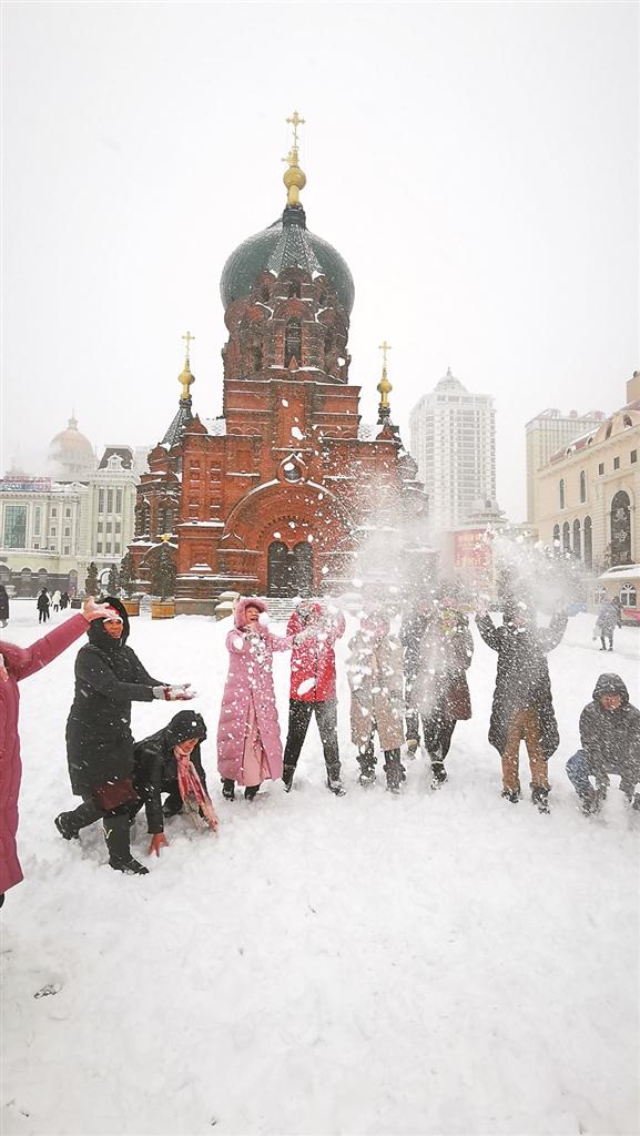 外地客玩雪。张清云 摄