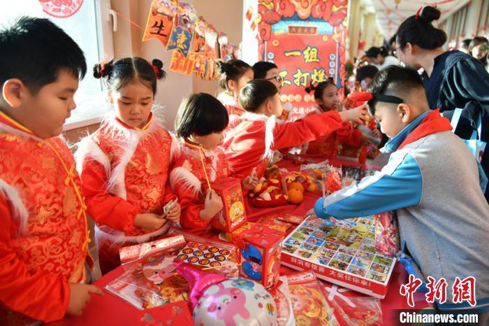 当天,学校举行第二届年货交易会创意集市主题活动,活动将春节年货展销和民俗文化展示融合一体,让学生们通过介绍展示、出售年货特产,感受中国年俗文化。 张瑶 摄