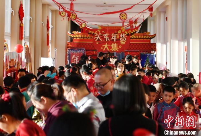年货大集吸引许多学生和老师前来参与。 张瑶 摄