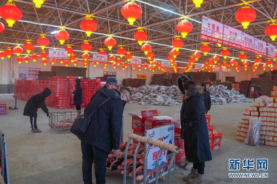 12月27日,在查干湖渔场超市,消费者选购查干湖鱼。新华社记者 张楠 摄