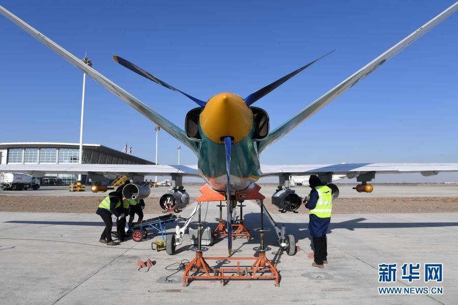 """1月6日,在金昌金川机场,技术人员开展人工影响天气无人机""""甘霖-I""""首飞前的准备工作。新华社记者 范培珅 摄"""