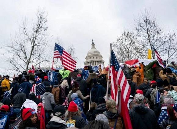 (图片说明:1月6日,在美国首都华盛顿,美国总统特朗普的支持者在国会外举行示威游行。新华社记者 刘杰 摄)