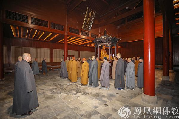打站板立定(图片来源:凤凰网佛教 摄影:普陀山佛教协会)