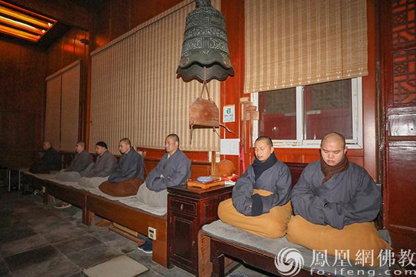 静坐(图片来源:凤凰网佛教 摄影:普陀山佛教协会)