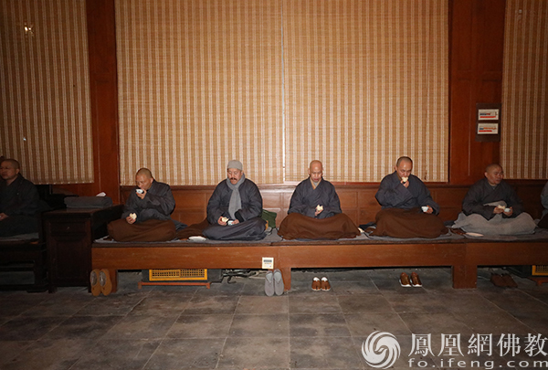 大众于止单上吃包子、喝开水(图片来源:凤凰网佛教 摄影:普陀山佛教协会)