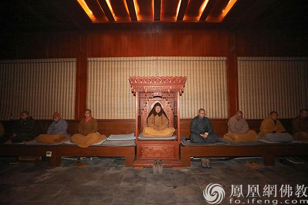 道慈大和尚静坐于维摩龛(图片来源:凤凰网佛教 摄影:普陀山佛教协会)
