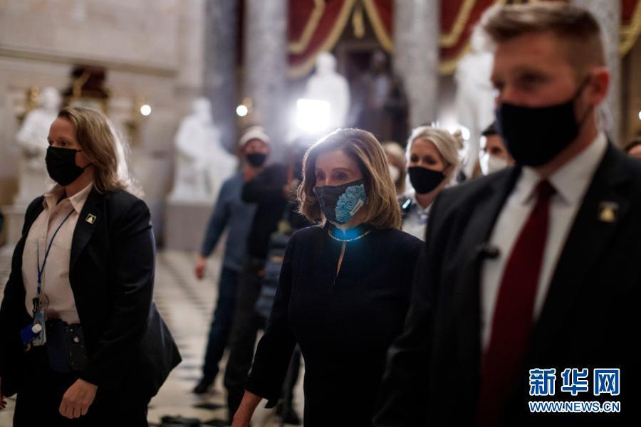 1月13日,在美国首都华盛顿,国会众议院议长佩洛西(前右二)走在国会大厦内。新华社发(沈霆摄)