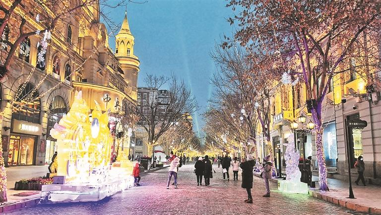 中央大街冰灯色彩绚丽。蒋国红摄