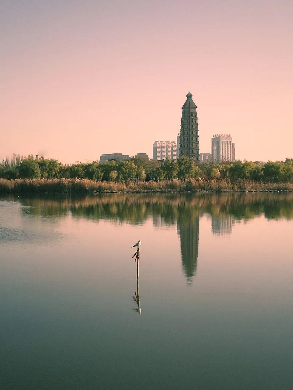 △塞上有湖城,不是每一个荒漠都有灌溉的运气,也不是每一个城市都有并蓄的勇气/图虫创意