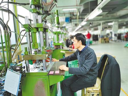 通过东西部扶贫协作,福州的企业吸纳多名岷县贫困群众务工。新甘肃·甘肃日报记者 崔银辉