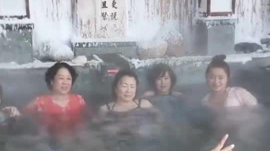 温差67度!东北室外温泉 泡在池子里就可以玩雪