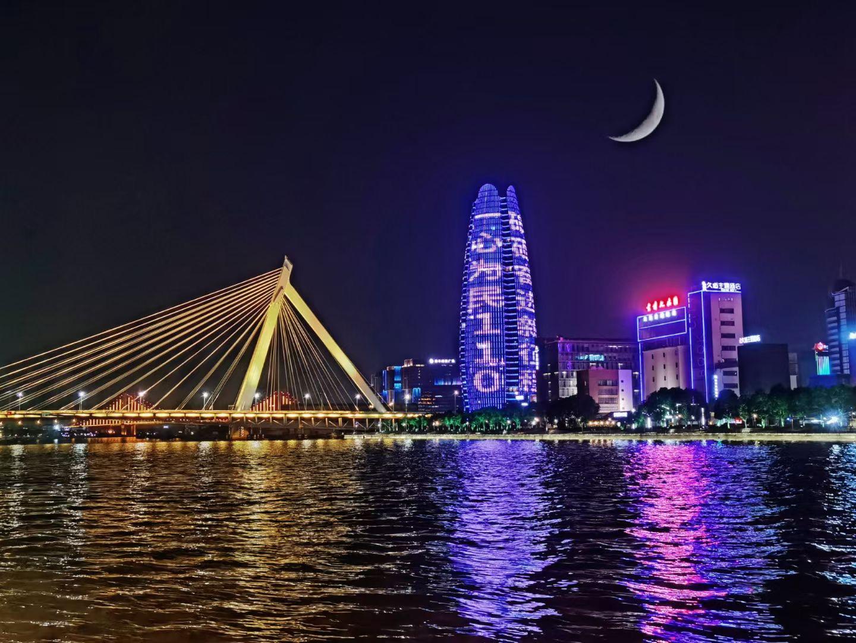 宁波鄞州上演主题灯光秀,向人民警察致敬!