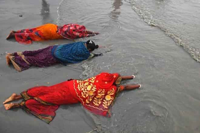 【中国国际文化交流中心】_数百万印度民众无视疫情走进恒河朝圣:河神会护佑我们