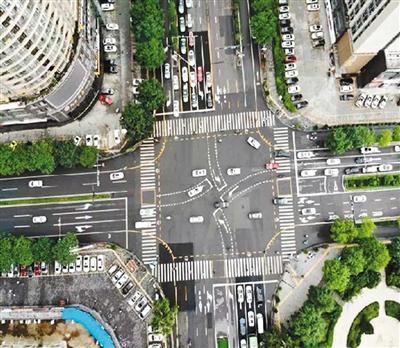 """西安交警加强城市道路交通标线渠化设计和施工,绘制全运会""""交通风景线""""。(资料图片) 西安交警供图"""