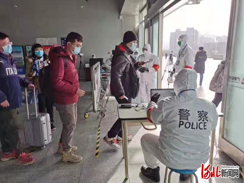 京沪高铁廊坊站,公安检查站民警对进站人员进行身份核查。