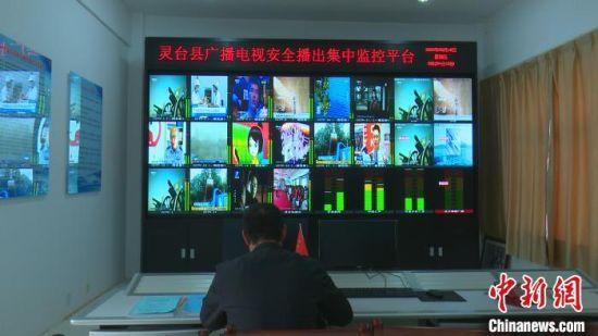 1月12日,孙崇吉在灵台广播电视胡家塬调频电视转播台值班。周建辉 摄