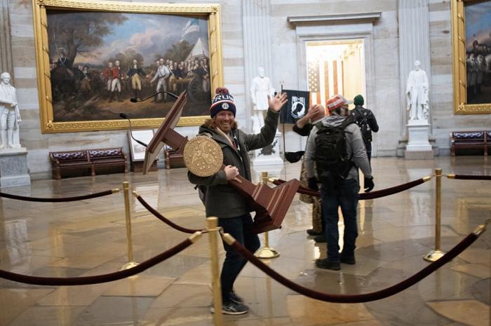 【客所思kx 2传奇版】_美媒:闯入美国国会大厦并搬起演讲台拍照男子遭逮捕