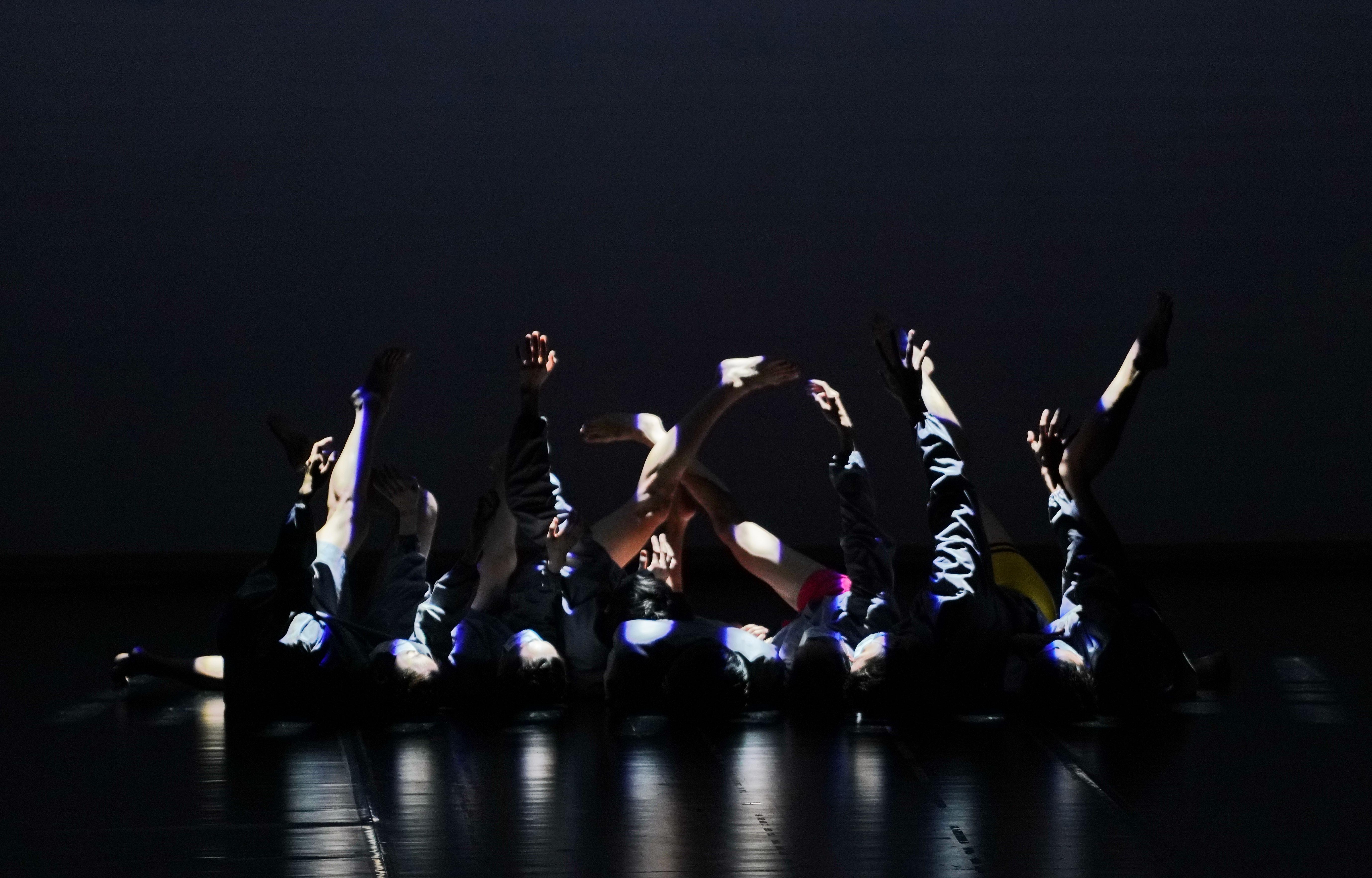 韩斌作品《广角镜》之《黑暗中的色彩》。